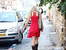 בחורה הולכת (צילום: עודד קרני)